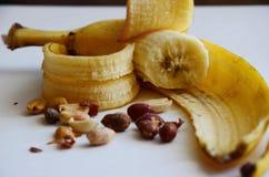 Plátano con los cacahuetes Imágenes de archivo libres de regalías