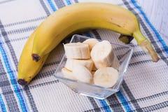 Plátano cortado en cuenco Imagenes de archivo