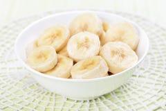 Plátano cortado en cuenco Fotografía de archivo