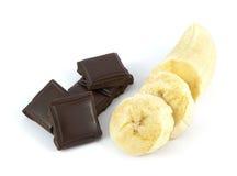 Plátano cortado y pelado con los pedazos del chocolate Imagen de archivo