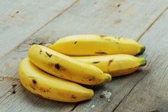 Plátano de maduro en la madera Imagen de archivo libre de regalías
