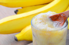 Plátano del Smoothie en el fondo de madera Imagenes de archivo