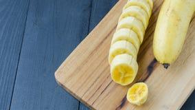 Plátano en el tablero de madera Imagenes de archivo