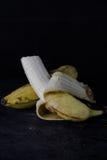Plátano en fondo oscuro Foto de archivo