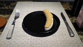 Plátano en la placa de cena con mantequilla de cacahuete fotografía de archivo