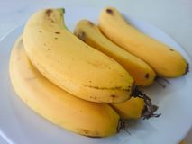Plátano en la tabla Fotos de archivo