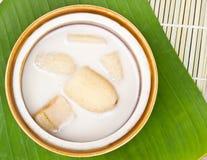 Plátano en leche de coco en las hojas del plátano Imagen de archivo
