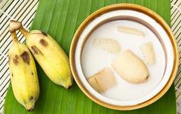Plátano en leche de coco y plátano en las hojas del plátano foto de archivo libre de regalías
