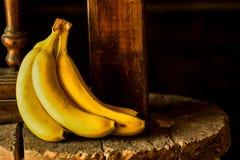 Plátano en una piedra rústica Fotografía de archivo