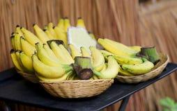 Plátano fresco en una cesta fotos de archivo