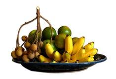 Plátano, naranja y longan en el fondo blanco fotografía de archivo