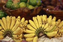Plátano orgánico en un plato Imágenes de archivo libres de regalías