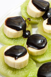 Plátano tajado apilado en kiwi con la salsa de chocolate Imagenes de archivo