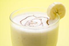Plátano y caramelo del batido de leche de la fruta fresca imagen de archivo