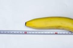Plátano y cinta métrica Imagenes de archivo