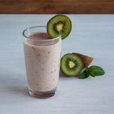 Plátano y fresa verdes, consumición sana, superfood del kiwi del smoothie Fotografía de archivo libre de regalías