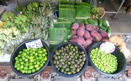 Plátano y limones en el mercado Imagenes de archivo