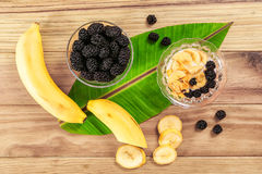 Plátano y mora en la tabla de madera Imágenes de archivo libres de regalías