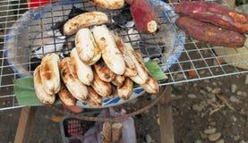 Plátano y patata dulce asados a la parrilla en la parrilla de acero Fotografía de archivo
