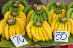 Plátanos apilados en un mercado listo para vender Fotografía de archivo