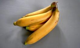 Plátanos de oro maduros cosechados Imagen de archivo