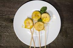 Plátanos del caramelo con la menta foto de archivo libre de regalías