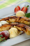 Plátanos del horno con helado Imagen de archivo