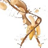 Plátanos en chapoteo del chocolate Foto de archivo libre de regalías