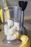 Plátanos en cuenco de la licuadora Fotografía de archivo libre de regalías