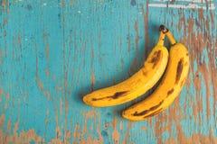Plátanos en la tabla rústica Fotos de archivo libres de regalías