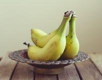 Plátanos en tazón de fuente de la vendimia Imagen de archivo