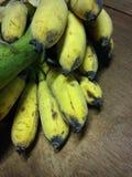 Plátanos en un fondo blanco del estudio Fotos de archivo