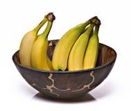 Plátanos en un tazón de fuente africano Imagenes de archivo