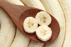 Plátanos en una cuchara de madera Fotos de archivo