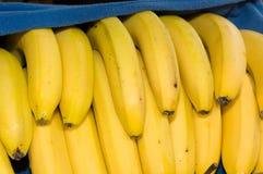 Plátanos frescos cubiertos por una manta azul Fotografía de archivo