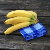 Plátanos frescos en fondo de madera Fotografía de archivo