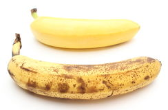 Plátanos frescos y demasiado maduros en el fondo blanco Fotografía de archivo libre de regalías