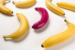 Plátanos maduros amarillos y rosa uno aislados en rosa Foto de archivo libre de regalías