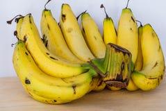 Plátanos maduros del manojo Imagenes de archivo
