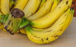 Plátanos maduros del manojo Imagen de archivo