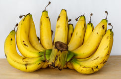 Plátanos maduros del manojo Foto de archivo