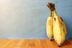 Plátanos maduros en fondo de madera Imágenes de archivo libres de regalías