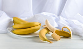 Plátanos maduros en la tabla blanca Imagen de archivo libre de regalías