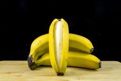 Plátanos orgánicos frescos en la madera imagen de archivo libre de regalías