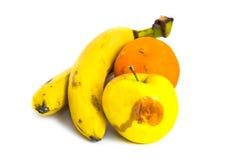 Plátanos putrefactos Apple anaranjado de las frutas aislado en blanco Foto de archivo