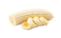 Plátanos recientemente rebanados en un fondo blanco Imagen de archivo