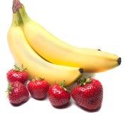 Plátanos y fresas imágenes de archivo libres de regalías
