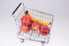 Plátanos y manzanas de compra del supermercado Fotografía de archivo libre de regalías