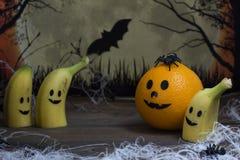 Plátanos y naranja asustadizos para Halloween Foto de archivo libre de regalías