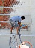 Plâtrage de la façade avec le mortier injecté, fonctionnement de maçon photo libre de droits